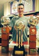 Gabas Maldunas posando con los trofeos. Foto PalenciaBasket.com