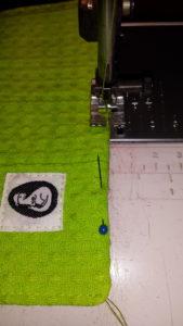 Stik de beide lagen stof nu smal op de kant door en maak daarbij het keersplit (stukje dat je hebt open gelaten) netjes dicht. Eventueel kun je het doorstikken laten voor wat het is en het keersplit netjes met de hand dichtnaaien.