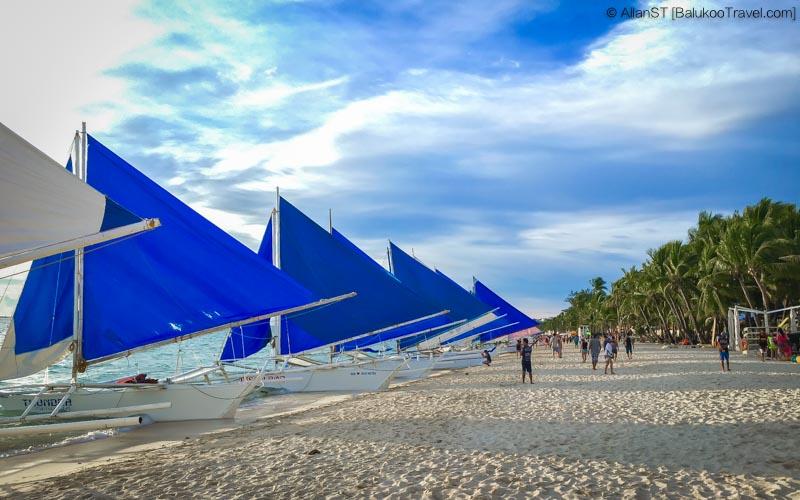 Paraw sailboats waiting along White Beach, Boracay (Philippines) @Sep2017