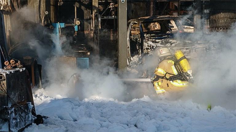 PKW-Brand droht auf Gebäude überzugreifen