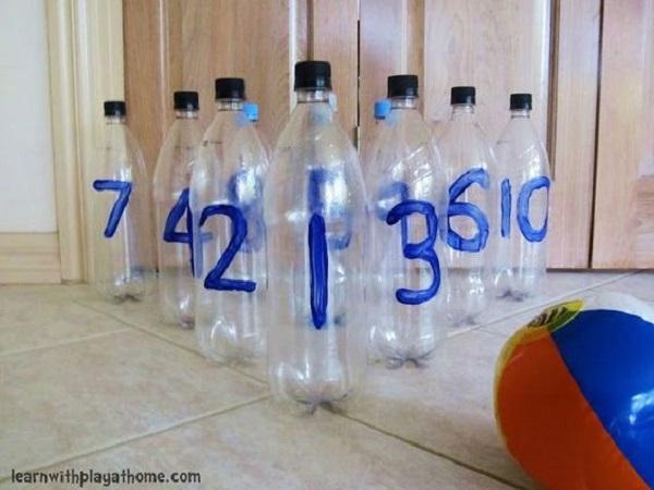 Bottiglie di plastica e palla