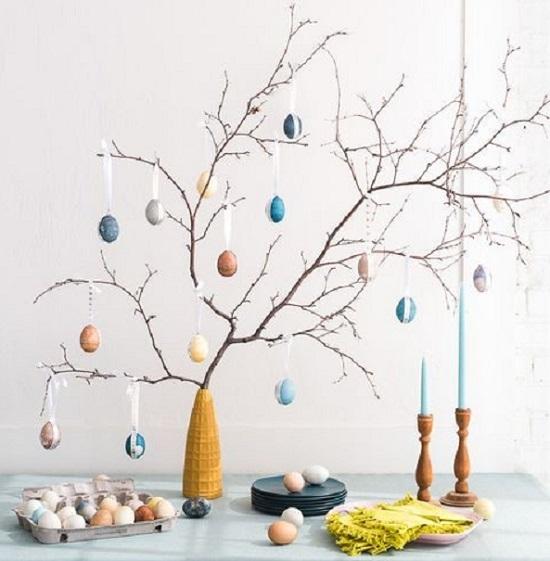Albero di Pasqua con uova vuote