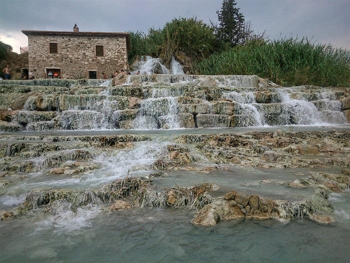 Le cascate del mulino di Saturnia si chiamano così per il mulino presente in cima alle cascate