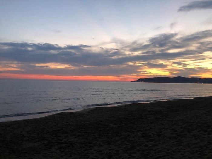 Il tramonto dalla spiaggia del golfo degli etruschi