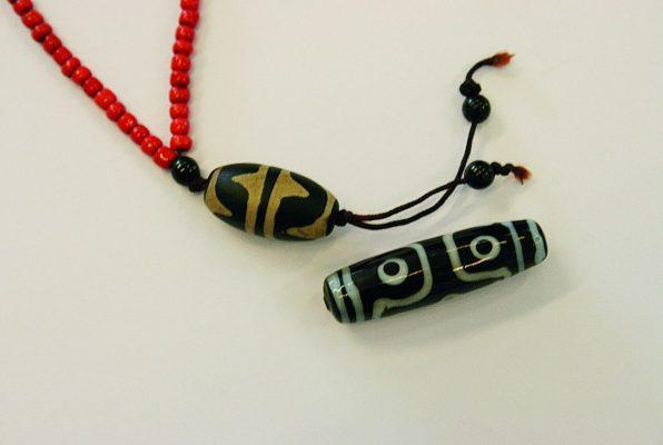 Dzi- Perlen, Himmelsperlen, sind besondere tibetische Glücksanhänger
