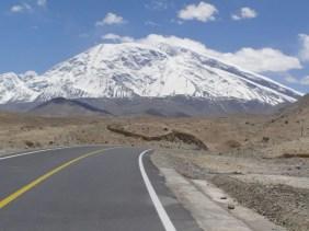 Muztag Ata mit Karakorum Highway