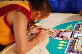 Mönch bei der Arbeit am Sandmandala