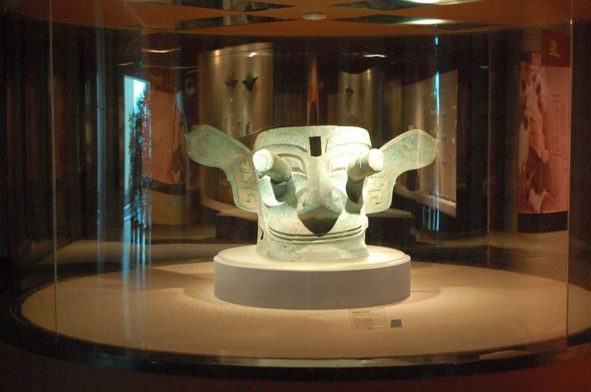 Sanxingdui Maske mit hervortretenden Augen.