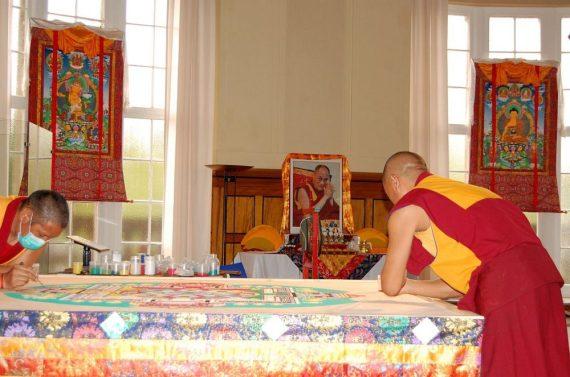 Im Hintergrund der Dalai Lama
