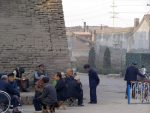 Männer am Fusse der Stadtmauer von Pingyao