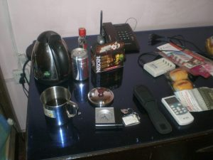 Auf meinem Nachttisch im Hostel in Xi'an: Wasserkocher, Becher (In Datong gekauft), Nescafe