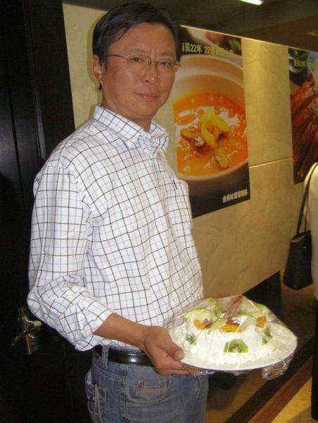 Der Reiseleiter ist dafür verantwortlich, dass jedes Geburtstagskind während der Rundreise eine Torte bekommt.