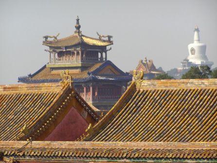 Die Dächer des Kaiserpalastes in Peking mit Blick auf die Weiße Pagode im Beihai-Park