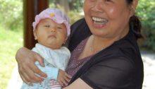 Baby und Großmutter