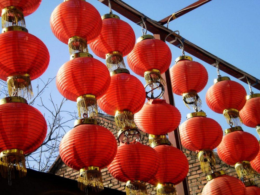 Rote Laternen schmücken die Städte und Dörfer zum Chinesisc Neujahr.