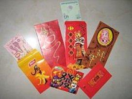 Hong Bao - die hübschen roten Umschläge enthalten ein wenig Geld.