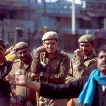 Polizisten beobachten die Veranstaltung