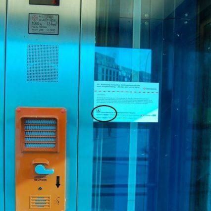 In der Aufzugskabine