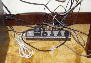 Kabelsalat gefunden unter dem Schreibtisch in einem Hotel in Yangshuo, Südchina