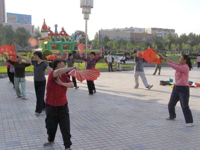 Frühmorgens auf einem Patz im Zentrum von Yili, Provinz Xinjiang