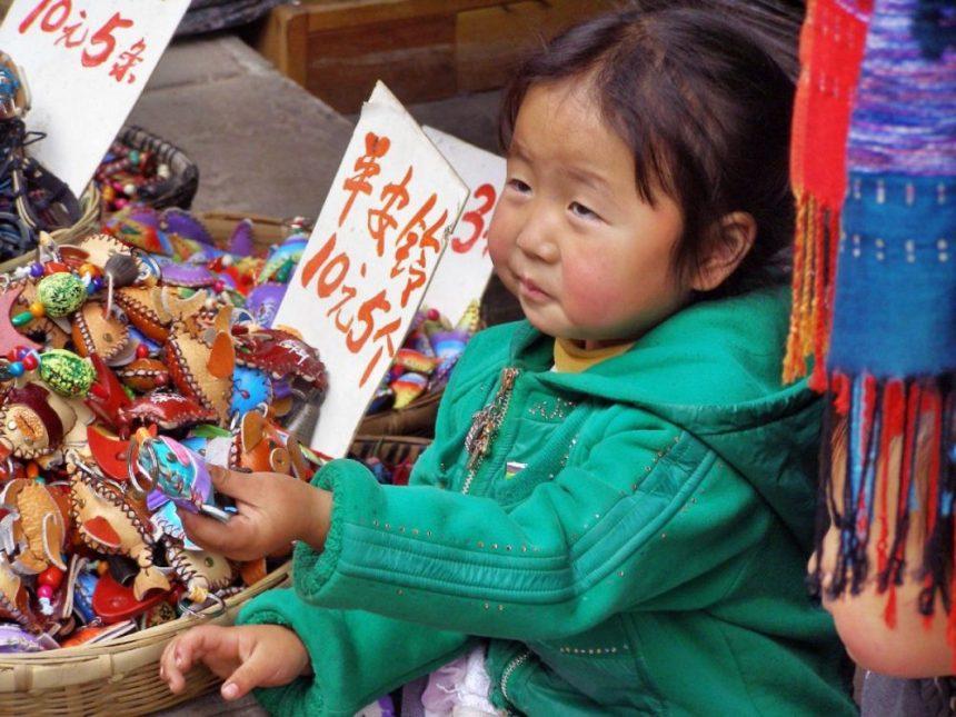 Was kostet das? Junge Händlerin in Likiang
