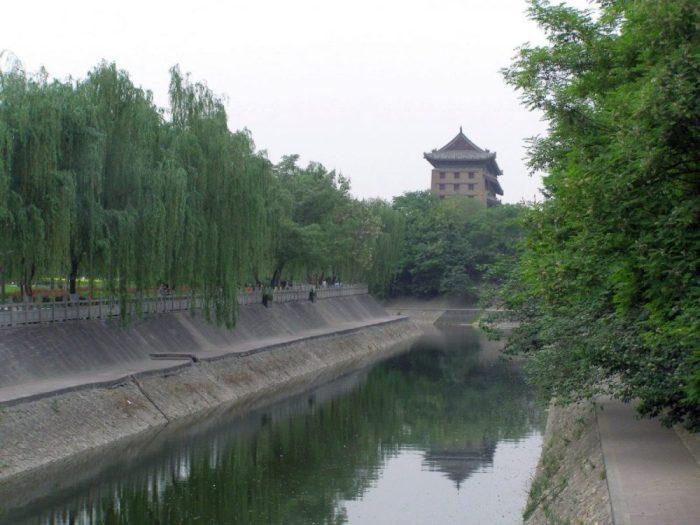 Stadtmauer mit Wassergraben