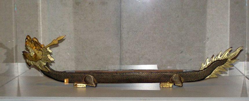 Eine Räucherstäbchenuhr in Form eines Drachenbootes