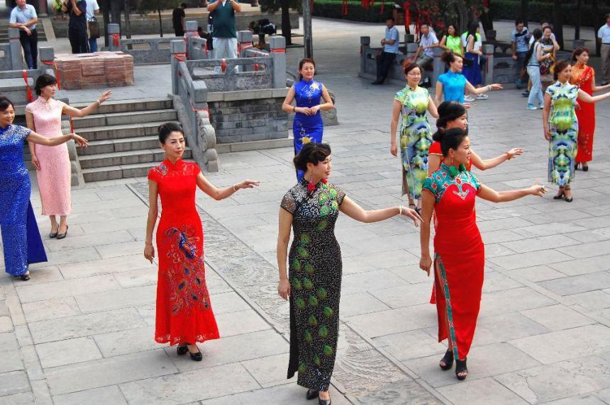 Aufführung im Qipao