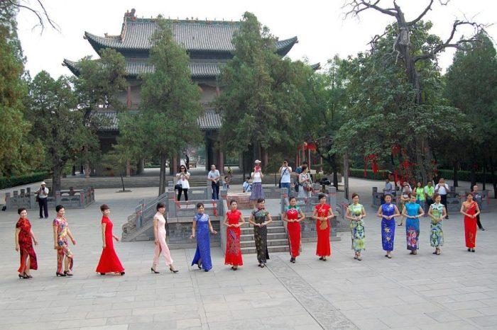 Im Hintergrund die erste Halle des großen Tempels in Linfen