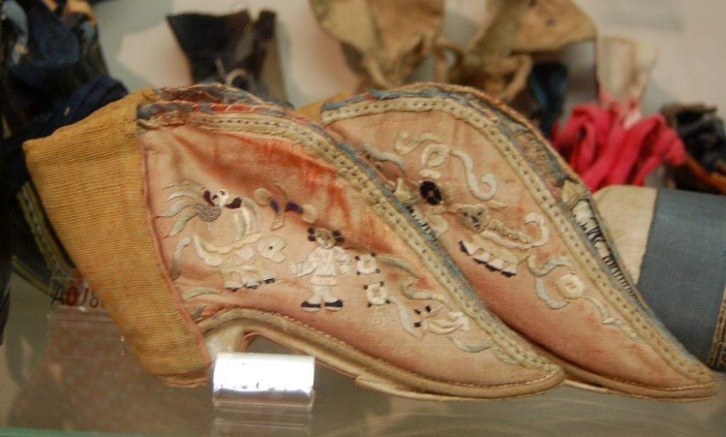Zierliche Schuhe aus Seide für die Lotusfüße, sorgfältig bestickt