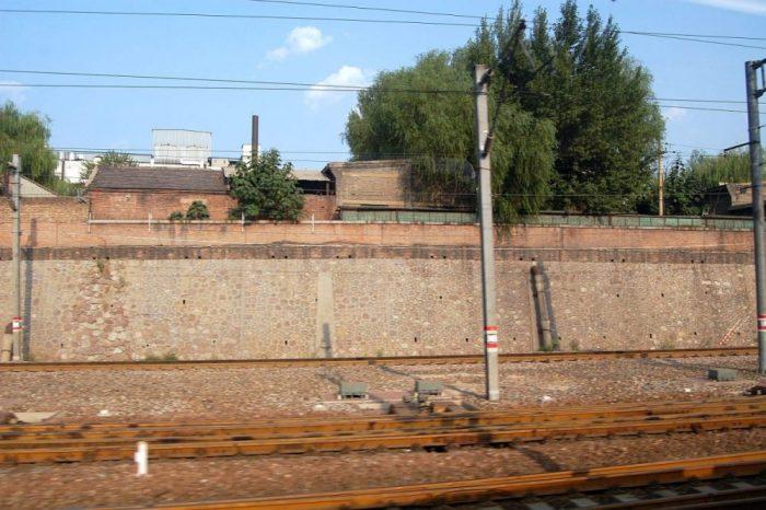 Im Vergleich zu Deutschland sieht man keine Graffiti entlang der Bahnstrecken