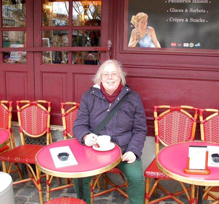 Ulrike allein in einem Cafe in Paris: