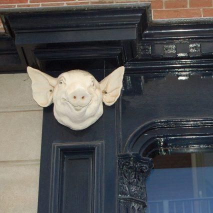 Hausfassade mit Schwein