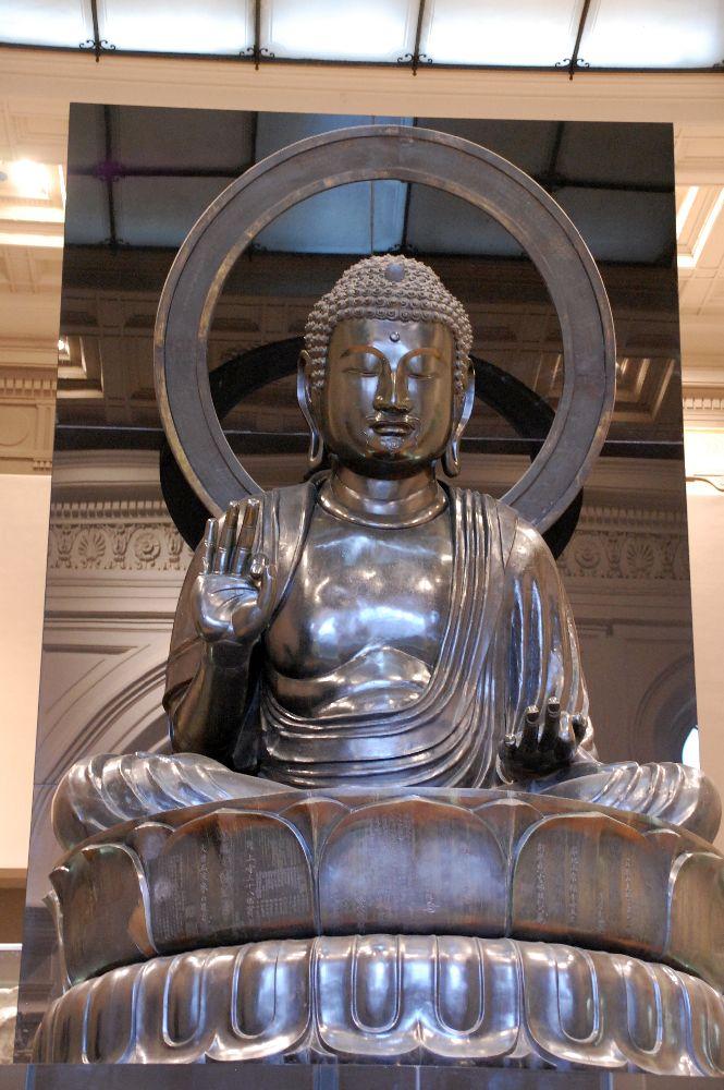 Diese Buddha begeisterte mich sehr. Da es relativ ruhig war, setzte ich mcih auf eine Bank gegenüber und meditierte für eine Weile