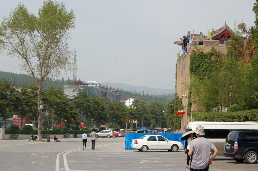 Vor dem Primeminister Mansion: Eine Sehenswürdigkeit in der Provinz Shanxi - von westlichen Touristen kaum besucht.