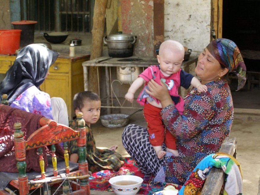 Pause bei einer freundlichen Familie im Dorf