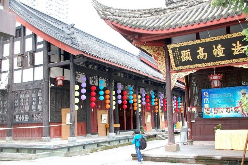 Daci Tempel in Chengdu feierlich geschmückt