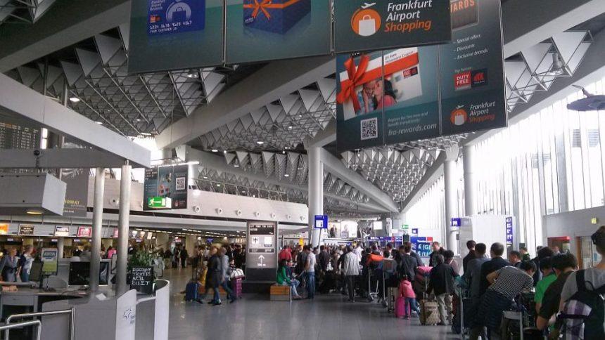 Frankfurt: Schlange beim Check in für Air China