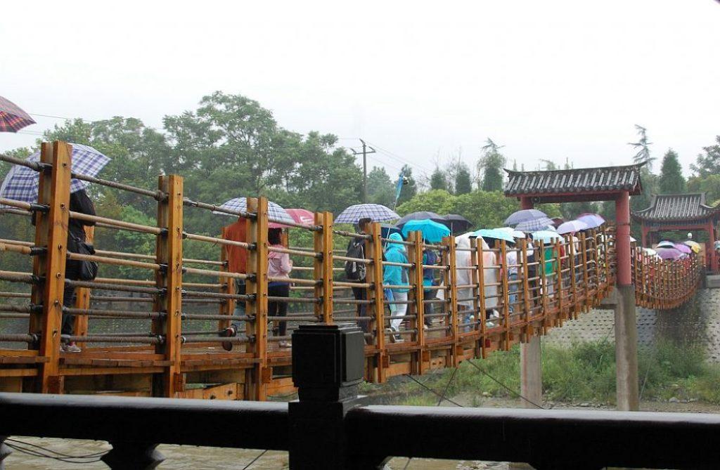 Früher bestand diese Brücke aus Bambus und Holz. Heute man sie mit Stahlseilen und neuester Technik nei erbaut