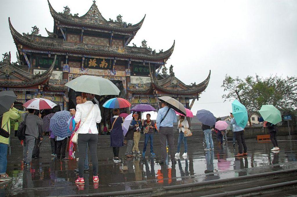 Das Tor am eingang wurde beim Erdbeben 2008 zerstört und nach alten Vorbildern wieder aufgebaut