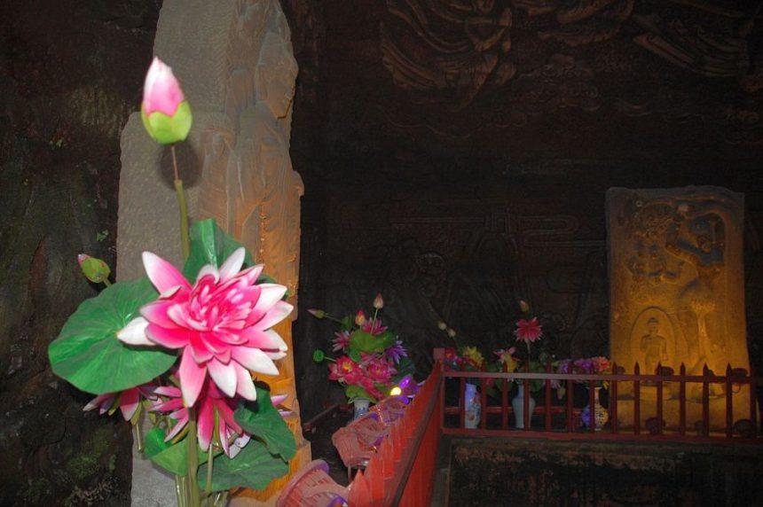 leshan-buddha-park-hoehle- Leshan