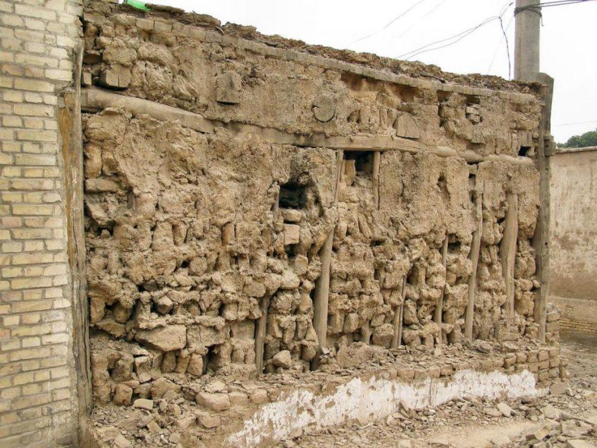 Alte Lehmziegelwand in der Altstadt von Kucha