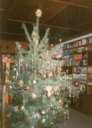 Unser traditioneller Weihnachtsbaum, der immer geschmückt wurde, bevor es die Weisswürste mit Rosinensoße an Heiligabend gab