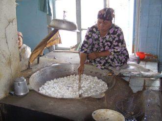 Seidenkokons werden ausgekocht