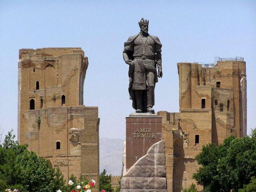 Der Weiße Palast mit einer Statue von Timur in Vordergrund