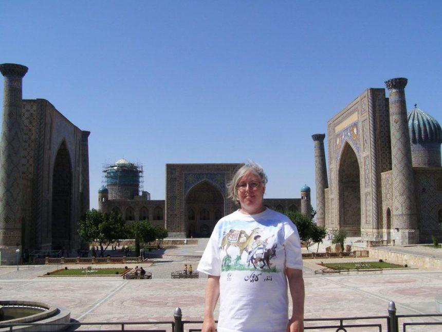 Ulrike glücklich auf dem registan Platz in Samarkand