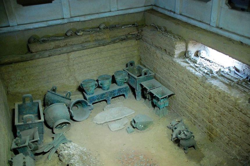 Blick in die Grabkammer mit zahlreichen Gegenständen aus Bronze