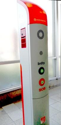 Notrufsäule: Links die Notbremse, vorne der Notruf.