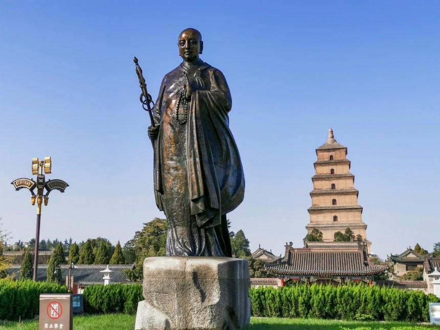 Statue des Xuanzang vor der Großen Wildganspagode