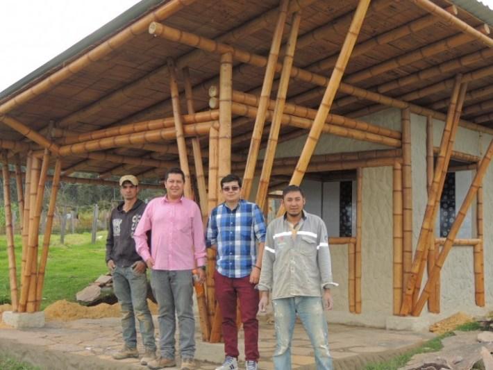 En-la-foto,-Juan-Ramón-Boada-Puerto-y-los-técnicos-en-construcción-del-Sena,-Alexander-García-Gómez,-Johan-arley-Cárdenas-y-Nelson-Cucunuba.